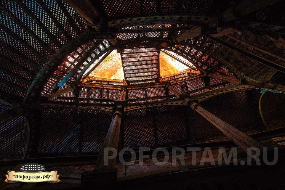 Красивые чугунный лестницы на форте Александр