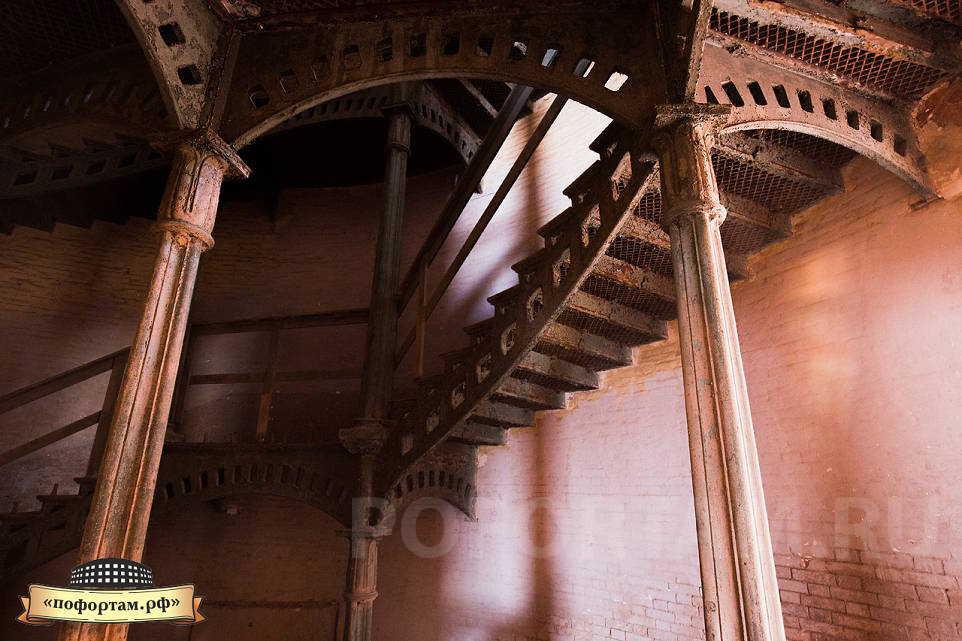 Чугунные лестницы на форте Александр 1