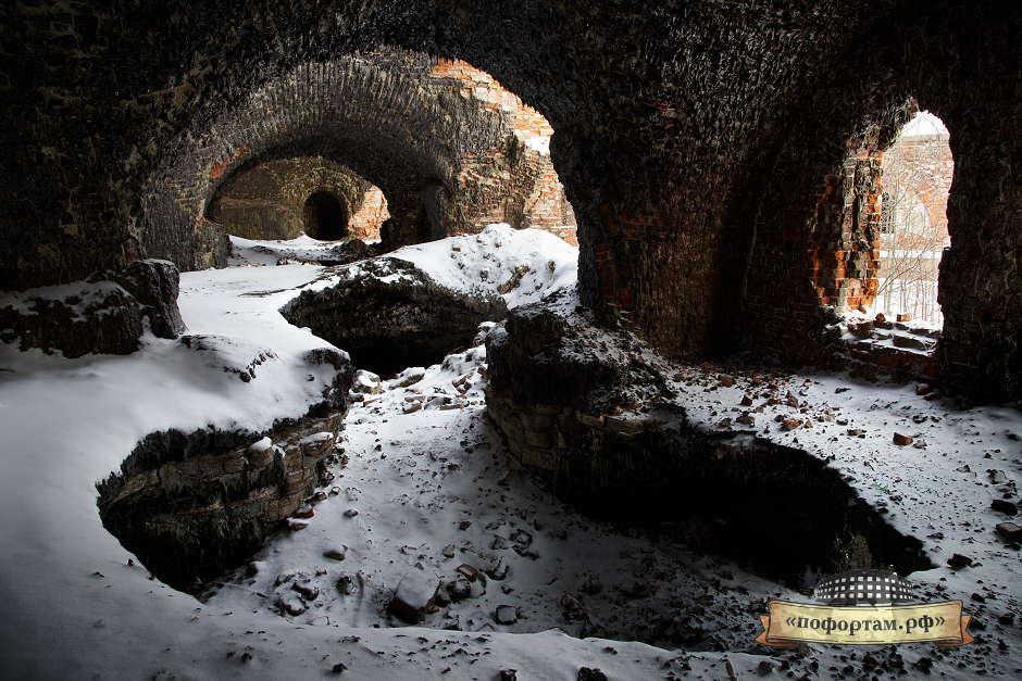 Всё южное крыло форта в подобных пещерах