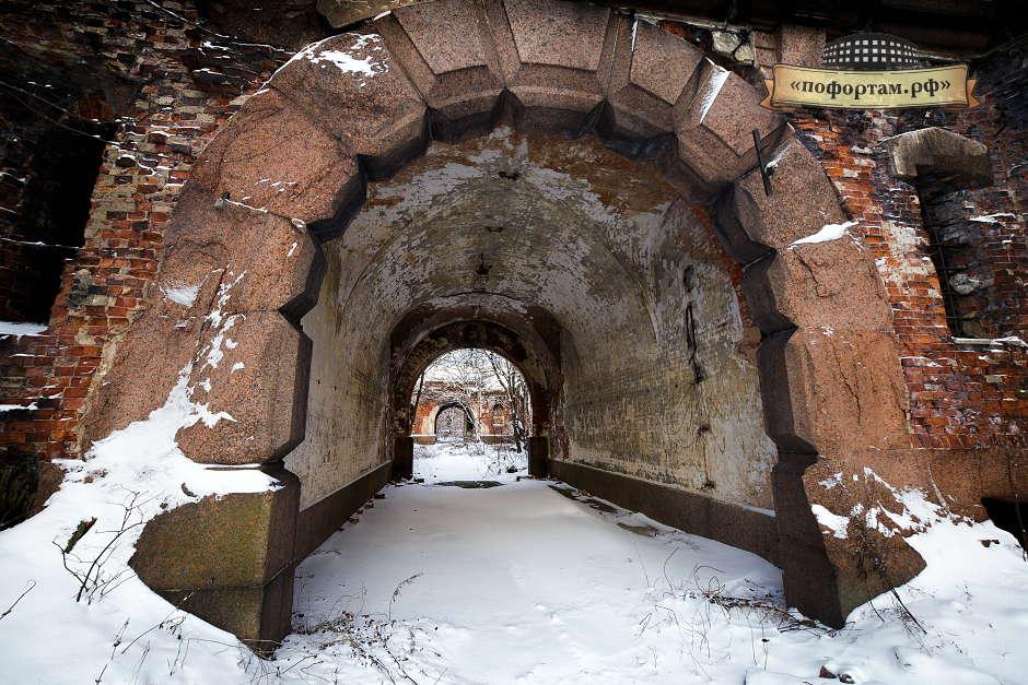 Центральная арка, напоминает внушительных размеров портал