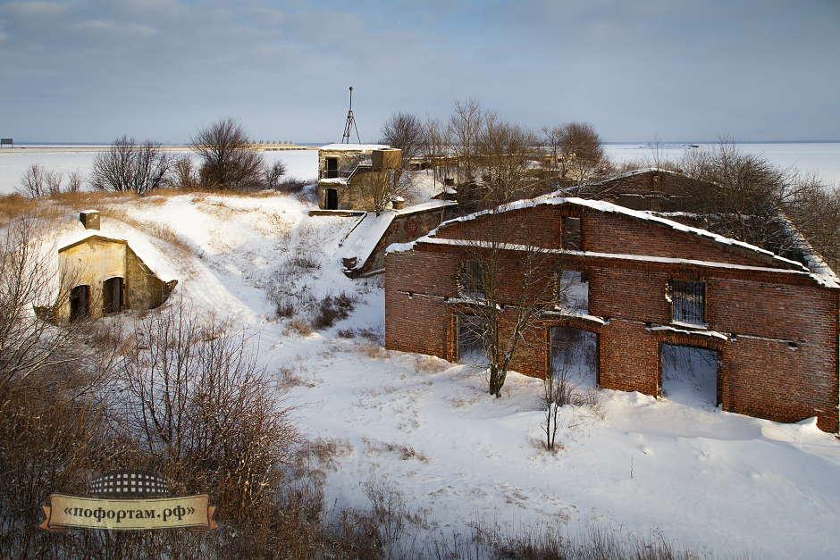 Развалины каких-то построек. Скорее всего советского периода. Слева от центра - командный пункт. Ещё левее - помещения в которых установлены печи.