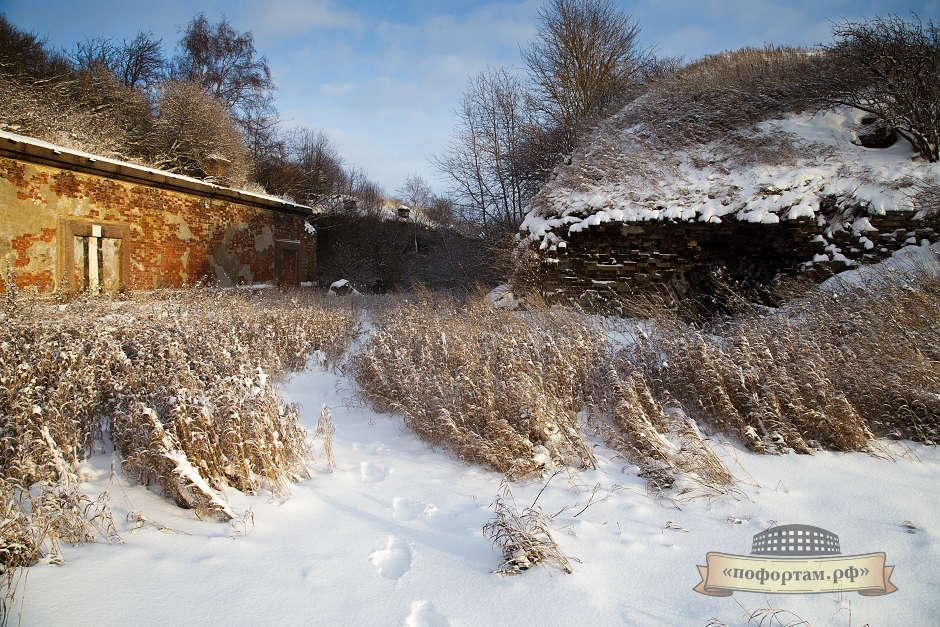 Слева - задний створ захода в гавани форта