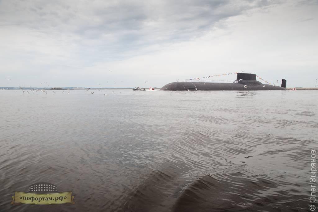 АПЛ Дмитрий Донской.  На заднем плане  Защитные сооружения Санкт-Петербурга от наводнений.