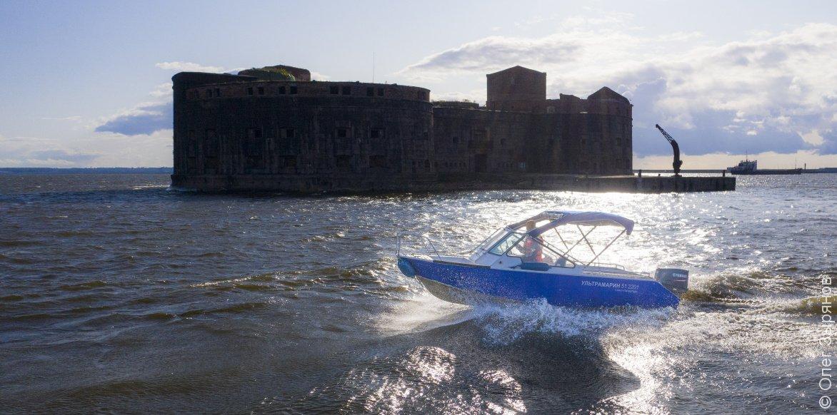 Морская прогулка на быстроходном катере к фортам и маякам Кронштадта