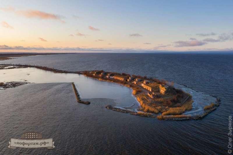 Форт Северный №1. С берегом форт связывает дамба.