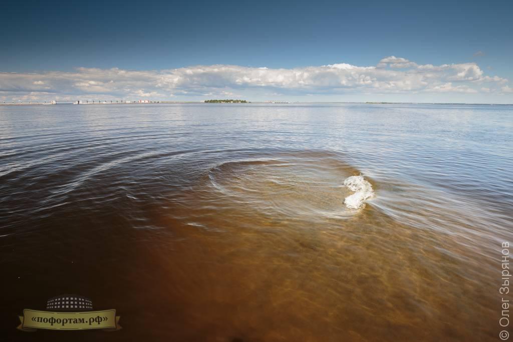 огромный камень в Финском заливе