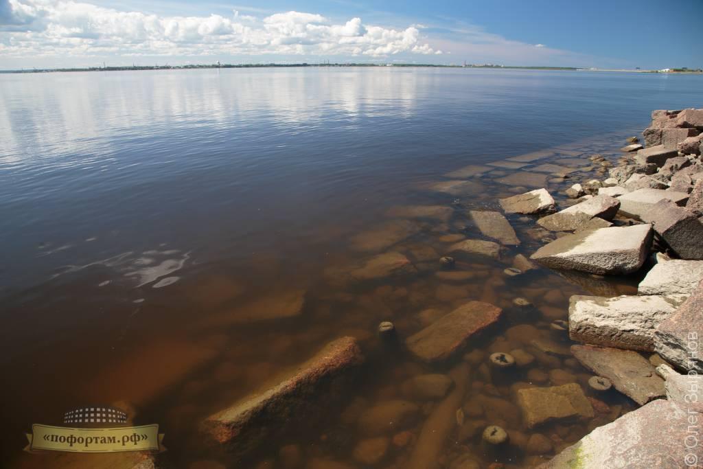 Под водой: остатки причальной стенки на форту Зверев