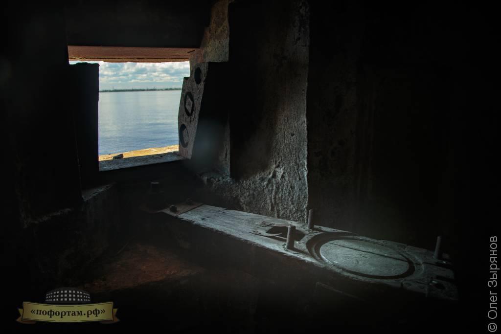 Внутри ДОТа: станок для установки пулемёта «Максима»