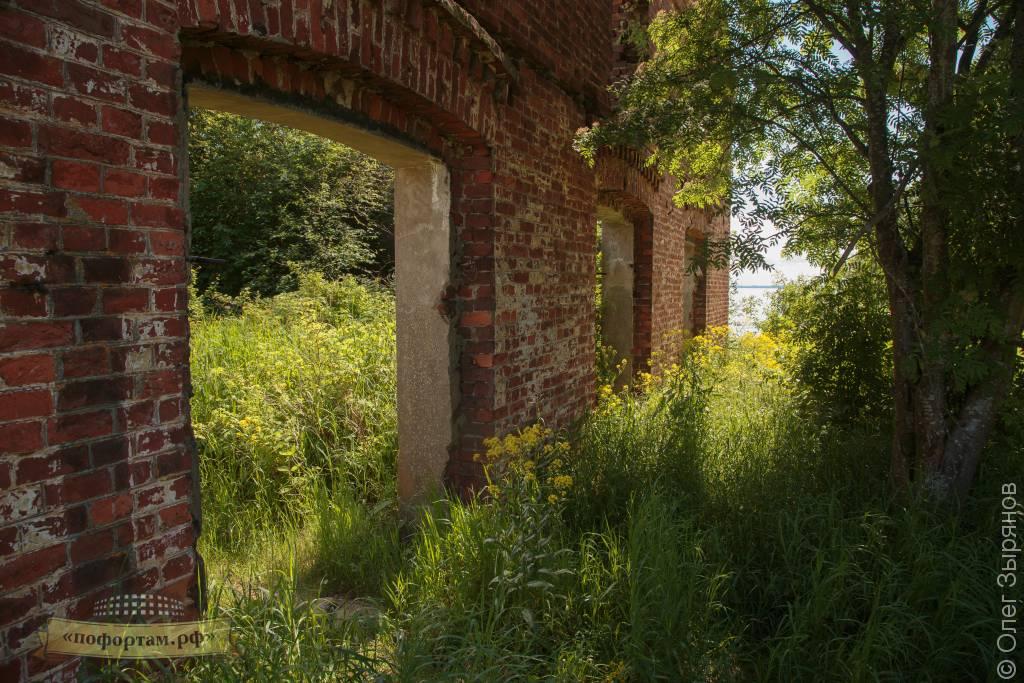 Стена: остатки минного склада