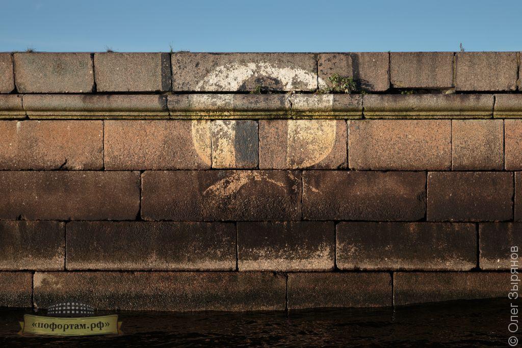 Разметка девиации на оборонительной стенке гаваней Кронштадта.