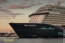 Пассажирский лайнер идущий из порта СПБ.