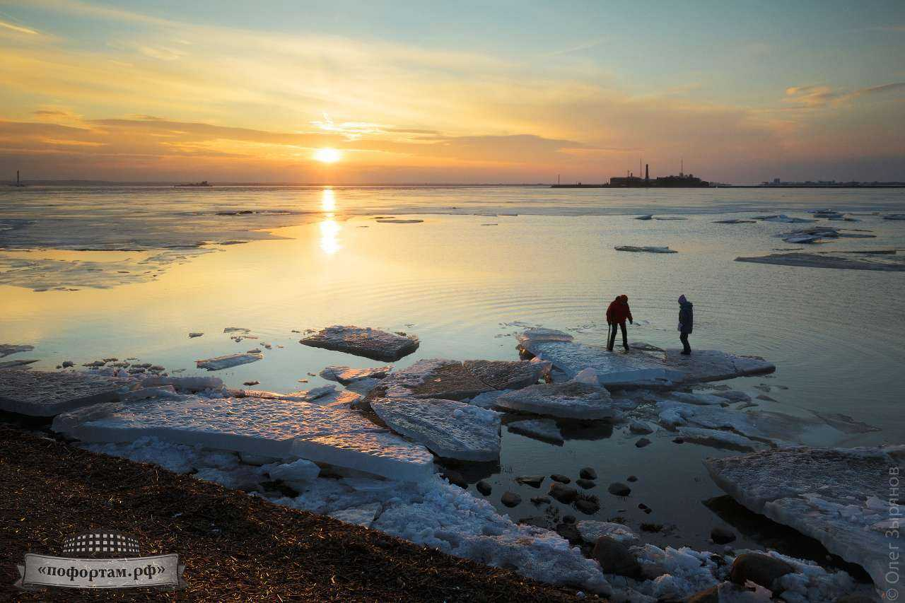 Кронштадт: дети катаются на льдинах