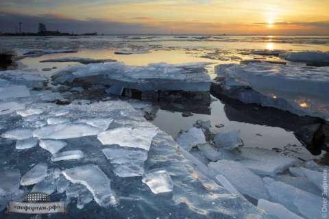 В гаванях Кронштадта тает лёд