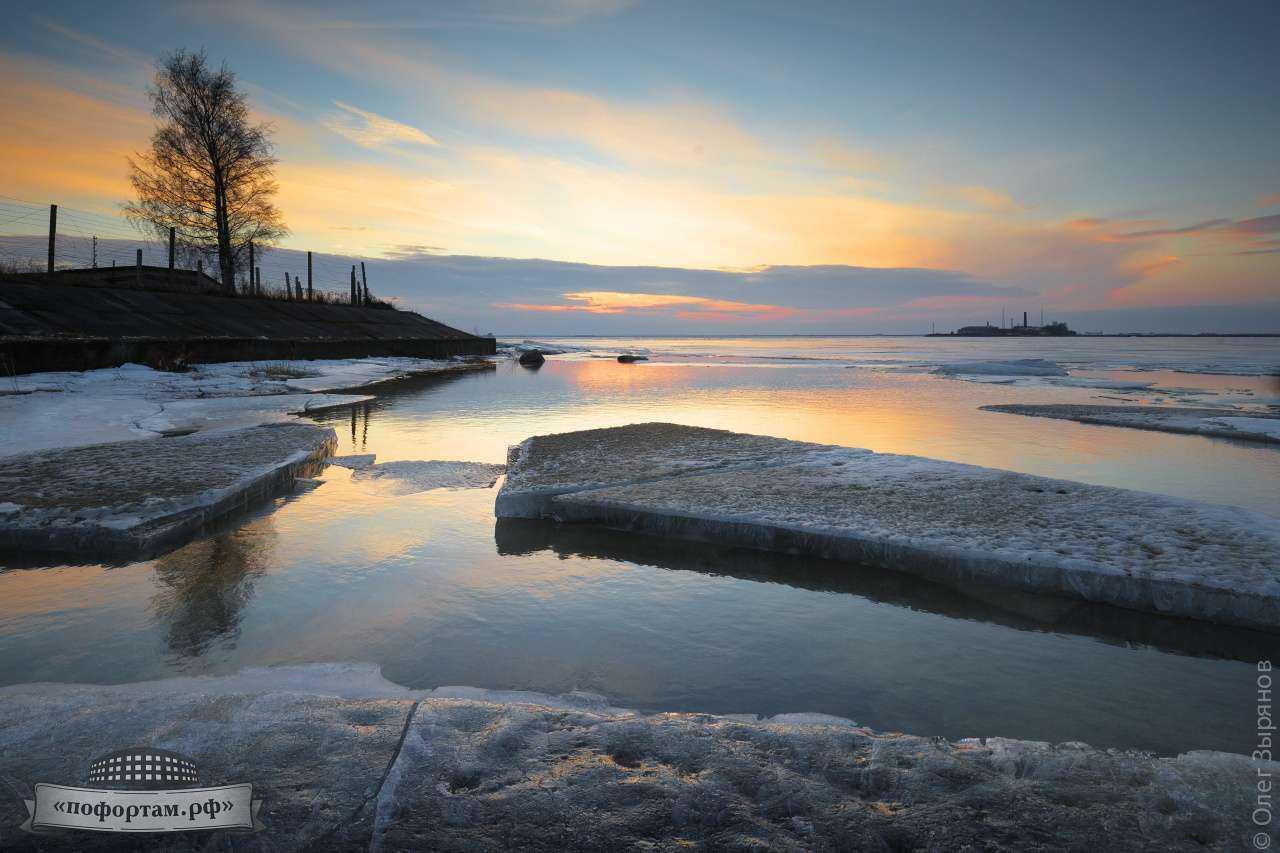 Кронштадт: лёд на берегу Каботажной гавани