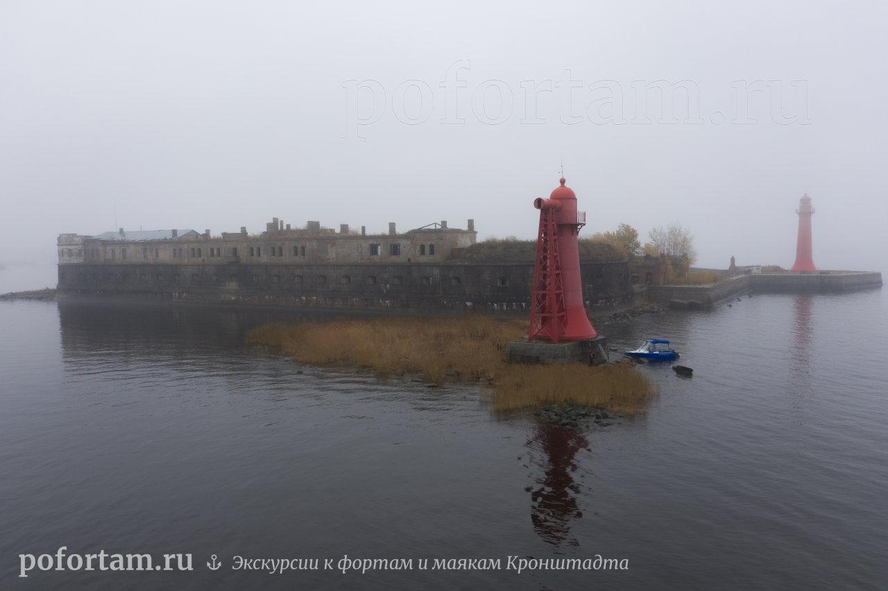 Створный маяк «Николаевский» и форт Кроншлот в тумане
